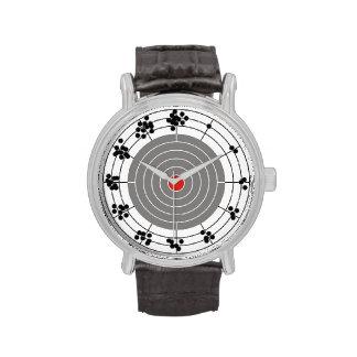 Agujeros de bala alrededor de la blanco, un agujer relojes de pulsera