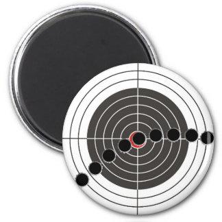 Agujeros de bala de la ametralladora sobre blanco  imán de frigorífico