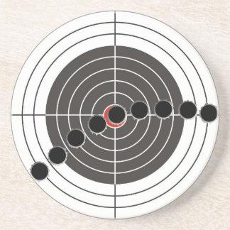 Agujeros de bala de la ametralladora sobre blanco  posavasos de arenisca