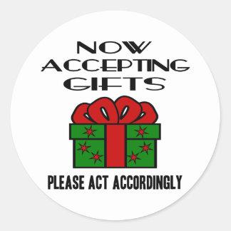Ahora aceptando los regalos, actúe por favor por pegatina redonda