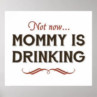 Ahora ahora, la mamá está bebiendo posters