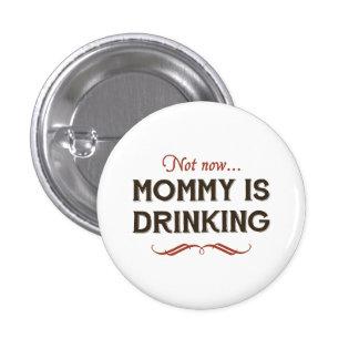 Ahora ahora, la mamá está bebiendo