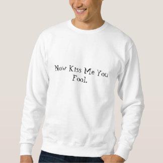 Ahora béseme usted camiseta del tonto sudaderas encapuchadas