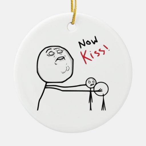Ahora cara Meme cómico de la rabia del beso Ornamento De Navidad
