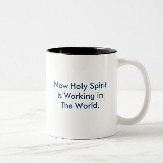 Ahora el Espíritu Santo está trabajando en el Taza De Café De Dos Colores