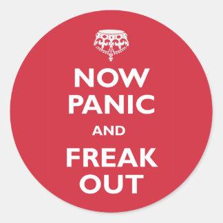 Ahora el pánico y Freak hacia fuera Pegatina Redonda