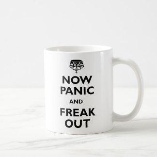 Ahora el pánico y Freak hacia fuera Tazas