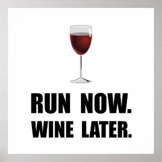 Ahora funcione con el vino más adelante póster