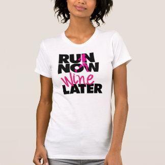 Ahora funcione con la camiseta posterior del vino camisas