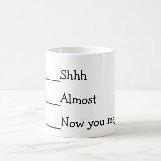 Ahora usted puede hablar el meme divertido taza básica blanca