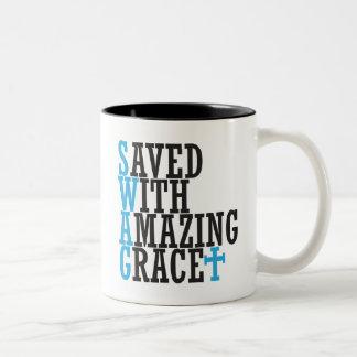 Ahorrado con la cruz asombrosa de la taza de Chris