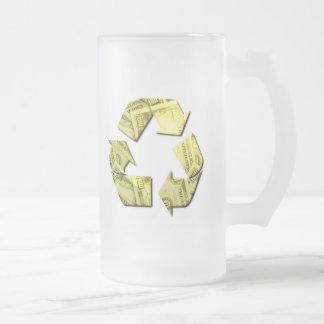 Ahorre el dinero reciclan la taza de cerveza