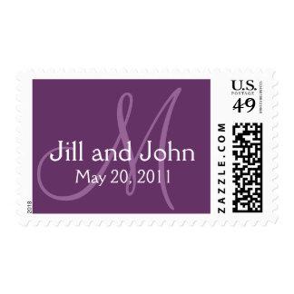 Ahorre el franqueo púrpura del boda del monograma