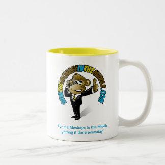 Ahorre el mono en la taza amarilla media