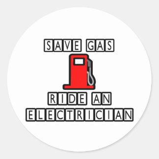 Ahorre el paseo del gas… un electricista pegatina redonda
