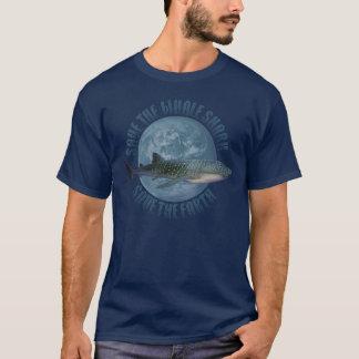 Ahorre el tiburón de ballena (la camisa oscura)