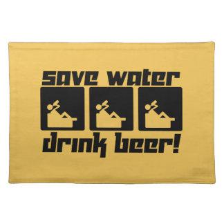 ¡Ahorre la cerveza de la bebida del agua! Mantel Individual