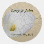 ahorre la fecha con el lirio blanco floral del pegatina redonda
