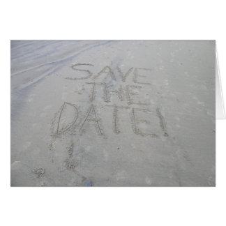 Ahorre la tarjeta de fecha escrita en la arena
