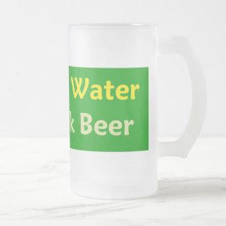 Ahorre la taza de cerveza de la bebida del agua