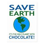 Ahorre la tierra que tiene chocolate divertido tarjeta postal