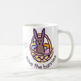 Ahorre los conejitos comen las tazas de un huevo