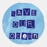 Ahorre nuestro fondo azul acuoso del océano etiqueta redonda