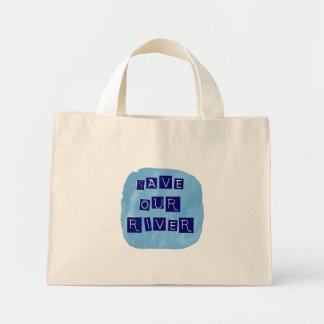 Ahorre nuestro texto azul del río en fondo azul bolsas