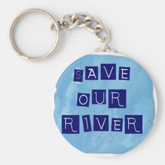 Ahorre nuestro texto azul del río en fondo azul llavero