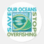 Ahorre nuestros océanos - pare la pesca excesiva pegatina redonda