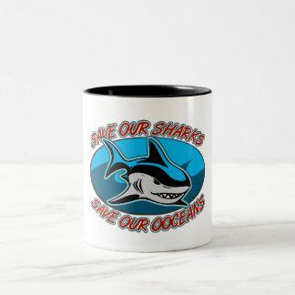 Ahorre nuestros tiburones taza de dos tonos