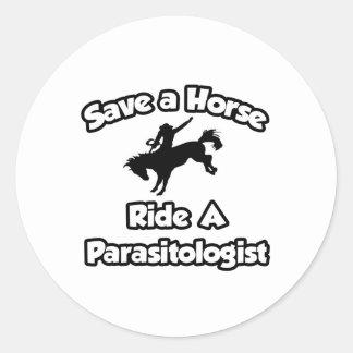 Ahorre un caballo, monte a un parasitólogo pegatina redonda