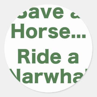 Ahorre un caballo… Monte un Narwhal Pegatinas Redondas