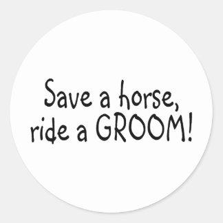 Ahorre un paseo del caballo un novio pegatina redonda