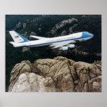 Air Force One que vuela sobre el poster del monte