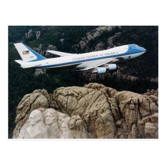 Air Force One sobre la postal del monte Rushmore