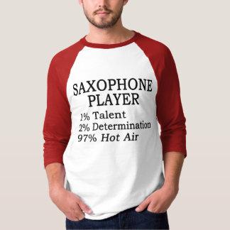 Aire caliente del jugador de saxofón playera