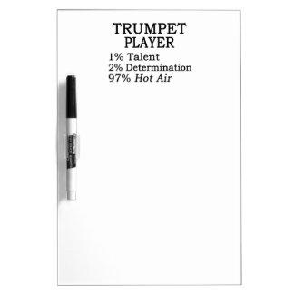 Aire caliente del jugador de trompeta pizarra blanca
