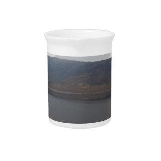 Aire libre rugoso en montañas escocesas jarras de beber