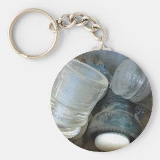 Aisladores de cristal del vintage y un botón de llavero redondo tipo pin