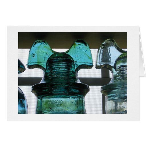 Aisladores de cristal en una ventana tarjeta