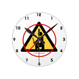 Aislamiento del ordenador (humor rojo del friki de reloj redondo mediano