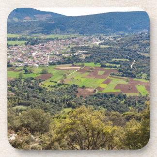 Ajardine el pueblo con las casas en el valle de posavaso