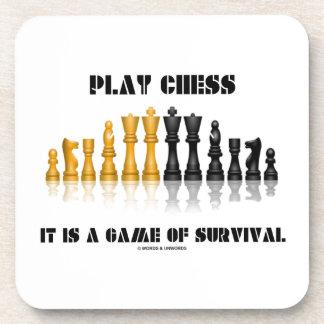 Ajedrez del juego es un juego de la supervivencia posavasos de bebida