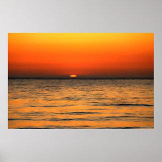 Ajuste anaranjado del sol en aguas anaranjadas impresiones