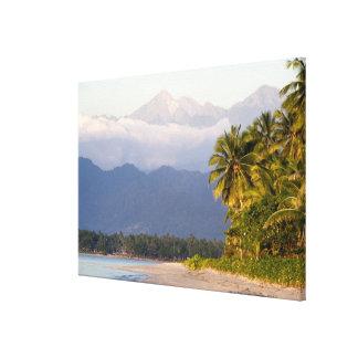 Ajuste de Sun en el volcán con la playa tropical Impresión En Lona Estirada