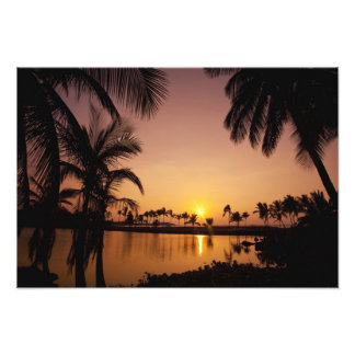 Ajuste de Sun en la bahía de Anaeho'omalu, isla gr Cojinete