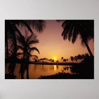 Ajuste de Sun en la bahía de Anaeho'omalu, isla gr Póster