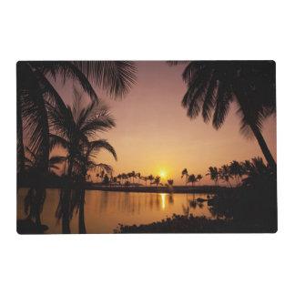 Ajuste de Sun en la bahía de Anaeho'omalu, isla Salvamanteles