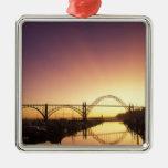 Ajuste detrás del puente de Newport, Oregon de Sun Adorno Cuadrado Plateado